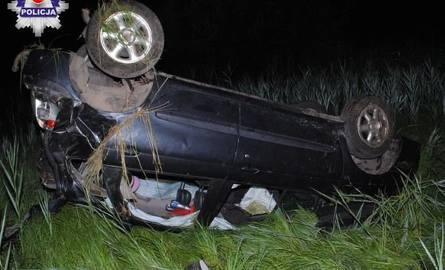 Wypadek w Wielkopolu. Kierowca wypadł z auta. Ma połamane żebra