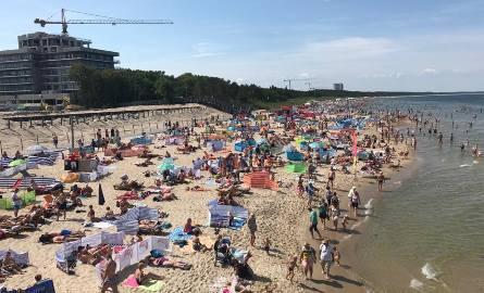 Pogoda nad morzem dopisała. W sobotę na plaży w Międzyzdrojach wypoczywało mnóstwo turystów i mieszkańców. ZOBACZ TEŻ: Kulisy zdrowia: Jak czuć się smukło