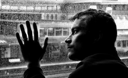 """Depresja jest poważną chorobą psychiczna, która - niestety - w wielu kręgach społecznych wciąż stanowi temat """"tabu""""."""