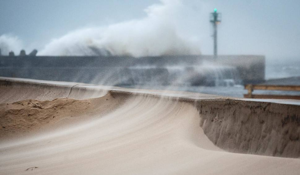 Film do artykułu: Silny wiatr na Pomorzu. IMGW wydaje ostrzeżenia, Polscy Łowcy Burz alarmują! Ponad 100 km/h. Prognoza na weekend 15 - 17.03.