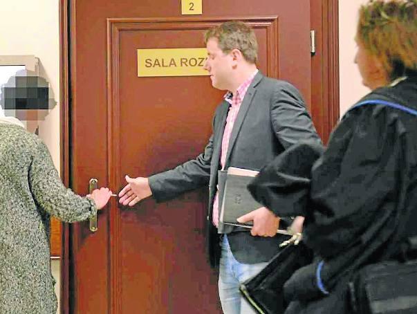 Żona zamordowanego w Schronisku dla Nieletnich w Chojnicach strażnika wchodzi na salę rozpraw. Razem z córką - jako najbliższa rodzina - domaga się od