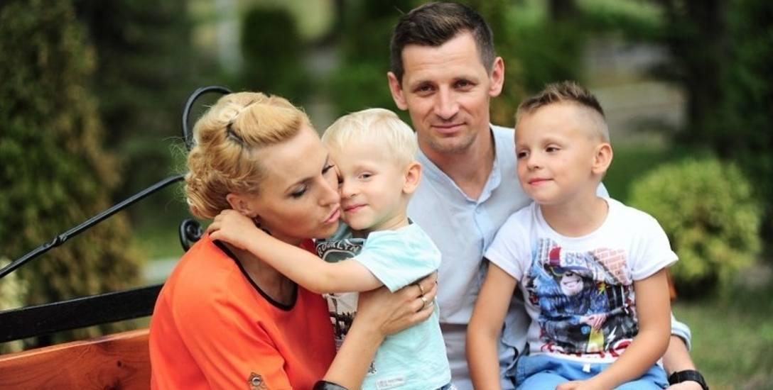 Justyna Malinowska z synem Tymonem, meżem i starszym synem. Rodzina nie chce wyprowadzać się z Polski, ale rozważa tę możliwość, żeby ratować zdrowie