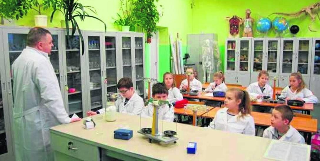 Zajęcia edukacyjne realizowane ze środków unijnych w szkole w Damnie w nowo wyposażonej pracowni