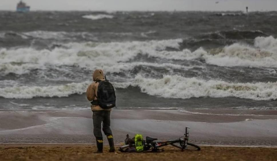 """Film do artykułu: Alert RCB! SMS-y z ostrzeżeniem: """"Wichura nad morzem, nie wychodź z domu"""" Od kogo ten sms? 3.10.2018"""
