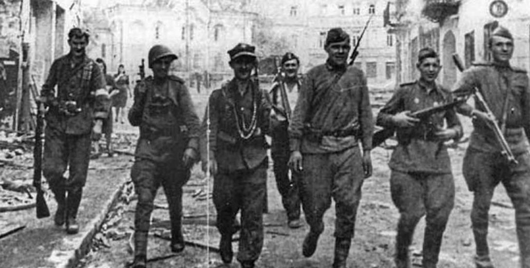 Patrol polskich i sowieckich żołnierzy na ulicach Wilna po zdobyciu miasta