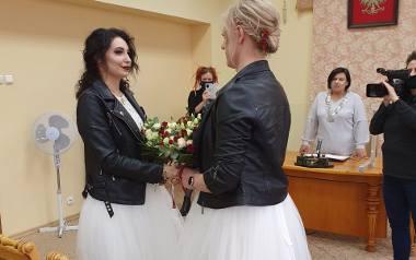 W łódzkim USC odbył się nietypowy ślub. W związek małżeński wstąpiły dwie działaczki: Kasia Gauza i Aleksandra Knapik. Panie młode przyszły do urzędu
