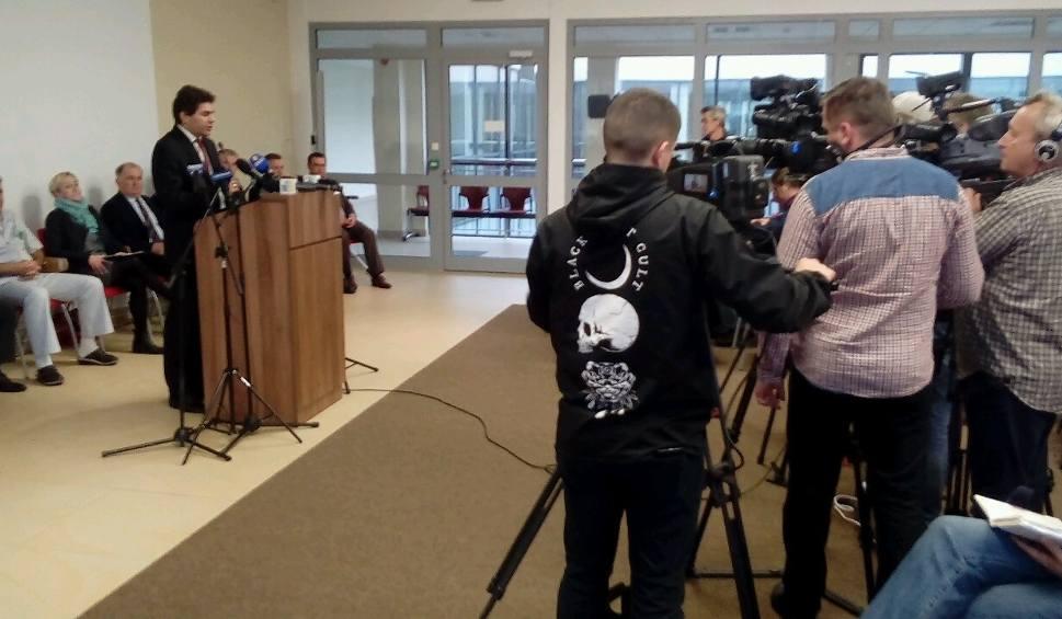 Film do artykułu: Po ataku nożownika w Stalowej Woli. Konferencja prasowa dotycząca wydarzeń w VIVO!