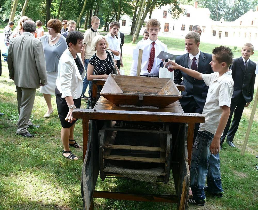 W parku na terenie Domu i Biblioteki Sichowskiej można oglądać wystawę zabytkowych maszyn rolniczych.