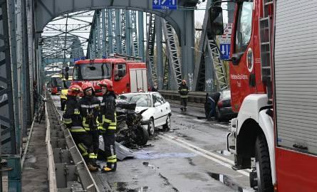 Dziś (22 kwietnia) po godz. 13 w Toruniu doszło do groźnie wyglądającego wypadku. Na moście im. Józefa Piłsudskiego zderzyły się cztery samochody osobowe.[a]http://www.pomorska.pl/;>>