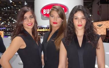 Genewa 2018. Hostessy na targach motoryzacyjnych to przeżytek? Feministki uważają, że tego typu praca uprzedmiotawia kobiety