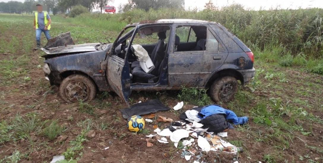 Przejażdżka kolegów miała tragiczny finał. W Brzozowie ford fiesta wypadł z jezdni, zjechał ze skarpy i koziołkował. Zginął pasażer