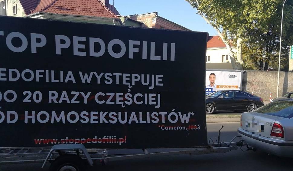 Film do artykułu: Homofobiczny baner na ulicach Zielonej Góry. To atak na organizatorów i uczestników Marszu Równości?