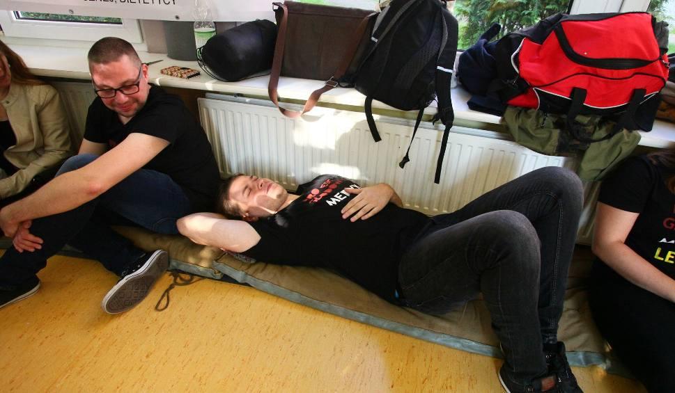 Film do artykułu: Głodówka lekarzy w Łodzi. Protestują w szpitalu im. Barlickiego w Łodzi [ZDJĘCIA, FILM]