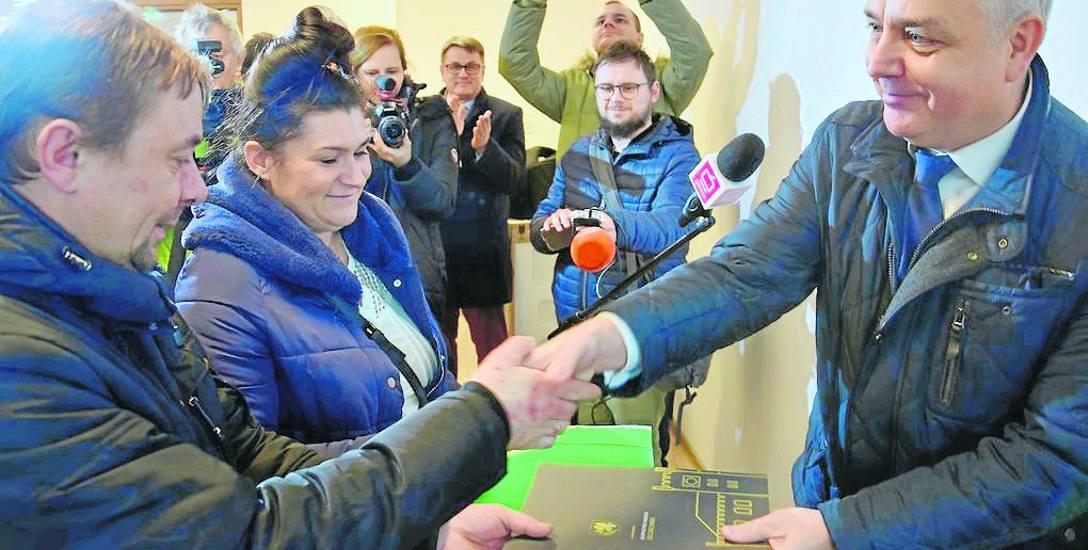 Rodzina państwa Kisiel już wczoraj odebrała klucze do trzypokojowego mieszkania przy ulicy Pilskiej z rąk burmistrza Daniela Raka