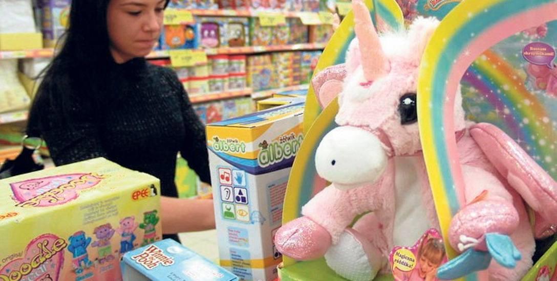 W ten weekend w sklepach w promocji jest bardzo dużo zabawek, słodyczy i najróżniejszych dekoracji świątecznych