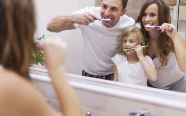 Najprostszą czynnością pomagającą zachować biel zębów jest oczywiście codzienna higiena. Należy myć zęby minimum dwa razy dziennie, a najlepiej po każdym