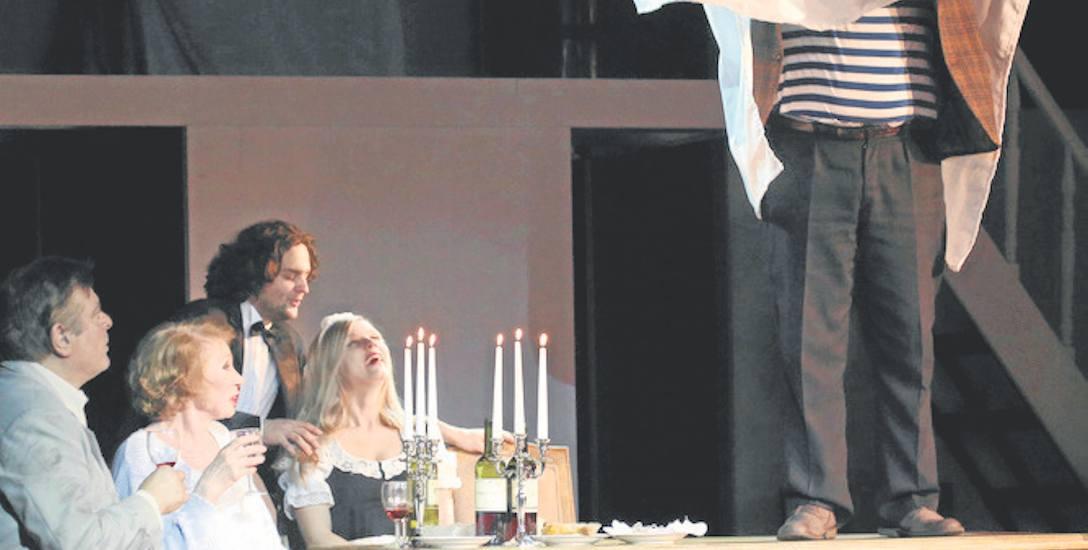 """""""Biedermann i podpalacze"""" to spektakl bardzo aktorski, to również pokaz umiejętności komediowych Dominika Nowaka."""