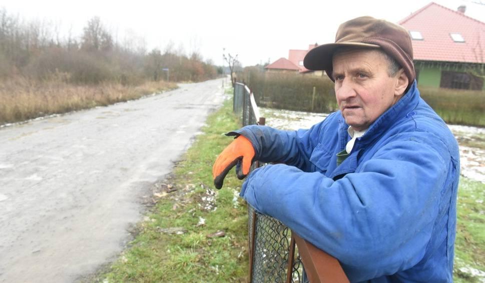 Film do artykułu: Ul. Wiśniowa w Droszkowie wymaga pilnego remontu. Na jakie inne inwestycje czekają mieszkańcy? [ZDJĘCIA]