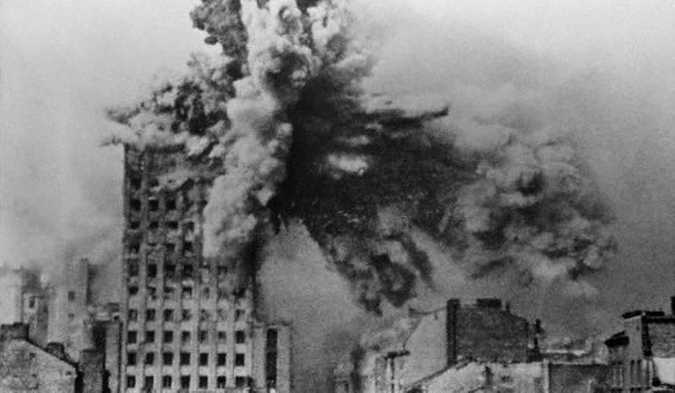 Film do artykułu: Powstanie Warszawskie dzień po dniu. Zobacz kalendarium wydarzeń i archiwalne zdjęcia. 63 dni heroicznej walki o Warszawę