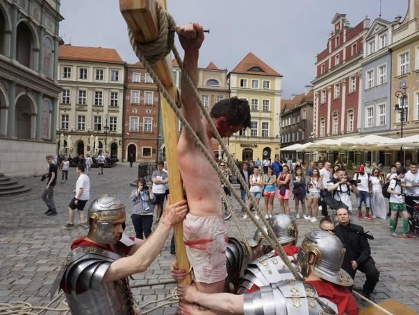 Mieszkańcy Poznania byli w piątek świadkami niezwykłych wydarzeń. W centrum miasta odbyło się misterium męki Pańskiej. Zaprezentowali je klerycy z Arcybiskupiego