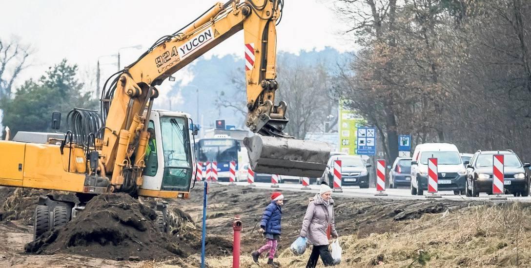 Przebudowa ulicy Grunwaldzkiej dla mieszkańców jest bardzo uciążliwa - niektórzy tracą swoje domy, inni z trudem do nich wracają. Wczoraj rano robotnicy