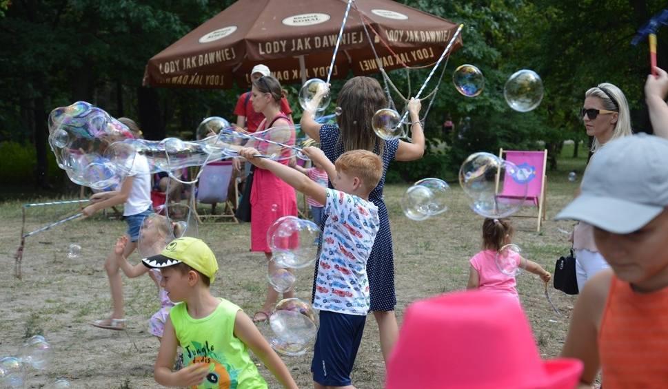 Film do artykułu: Bubble Day to Dzień Mydlanych Baniek w słoneczną niedzielę w Parku Miejskim w Stalowej Woli