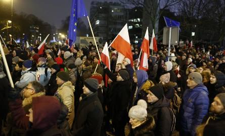 Protesty pod Sejmem w grudniu 2016 r.