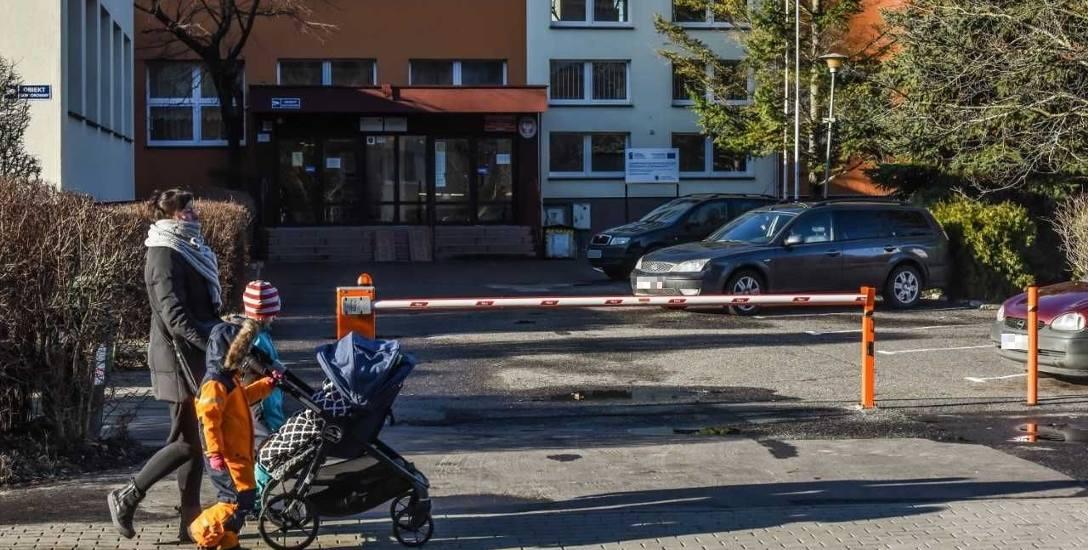 Przy Szkole Podstawowej nr 32 przy ul. Bałtyckiej, by dzieci mogły bezpiecznie wejść do budynku szkoły, w ubiegłym roku ustawiono szlaban.