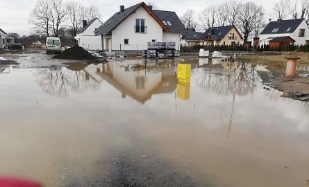 Woda i błoto na Osiedlu Róży Wiatrów w Opolu na zdjęciach mieszkańców.