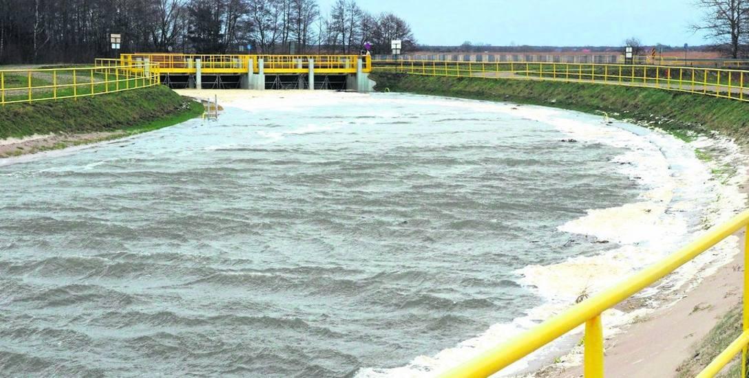 Wrota sztormowe, jako budowla chroniąca region przed podtopieniami, spełniają swoją rolę. Ale zablokowały też wlew wody morskiej do Jamna oraz możliwość