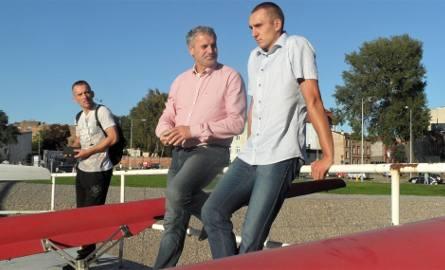 Mateusz Wilangowski (KW Wisła Grudziądz, z prawej) i Wojciech Jankowski, trener kadry , wcześniej wioślarz: trzykrotny olimpijczyk, brązowy medalista