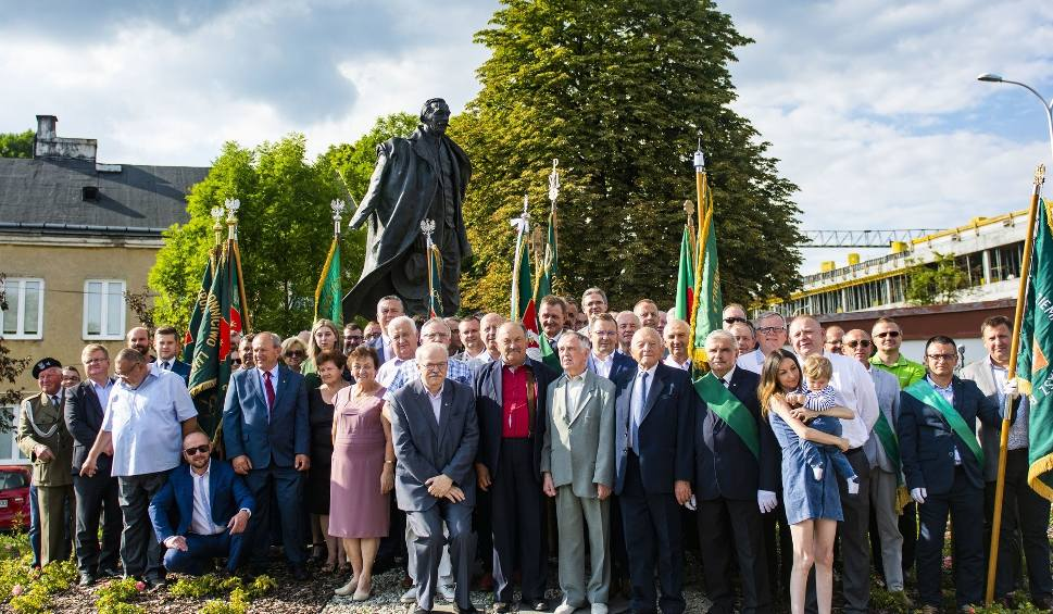 Film do artykułu: Ludowcy uczcili  Dzień Czynu Chłopskiego przed pomnikiem Wincentego Witosa w Kielcach (DUŻO ZDJĘĆ)