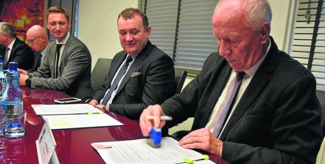 Jesień 2017 r. Ówczesny burmistrz Barwic Zenon Maksalon (z prawej) podpisuje z władzami województwa kontrakt samorządowy. Teraz gmina z niego się wy