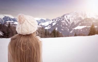 Fryzury na zimę 2020. Poznaj najgorętsze trendy, fantazyjne uczesania i stylowe fryzury! Jak się czesać pod czapkę? [ZDJĘCIA] 24.10.20