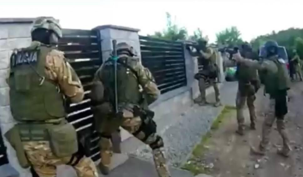 """Film do artykułu: Opolscy policjanci rozbili grupę przestępczą oszukującą seniorów metodą """"na policjanta"""". Zatrzymano 6 osób. Mogli wyłudzić kilka milionów zł"""