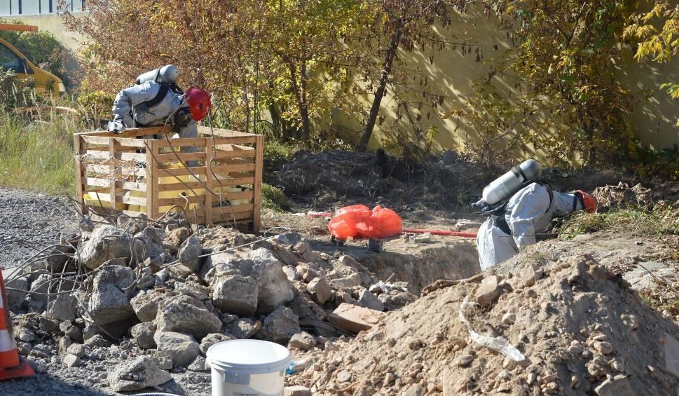 Film do artykułu: Na terenie byłych zakładów ogniotrwałych w Ostrowcu znaleźli butelki z kwasem azotowym [ZDJĘCIA]