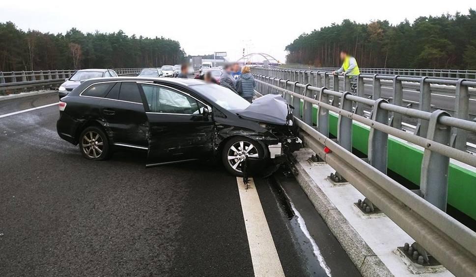 Film do artykułu: Wypadek na drodze S3 koło Świebodzina. Toyota roztrzaskała się o barierki. Ranna została jedna osoba [ZDJĘCIA]