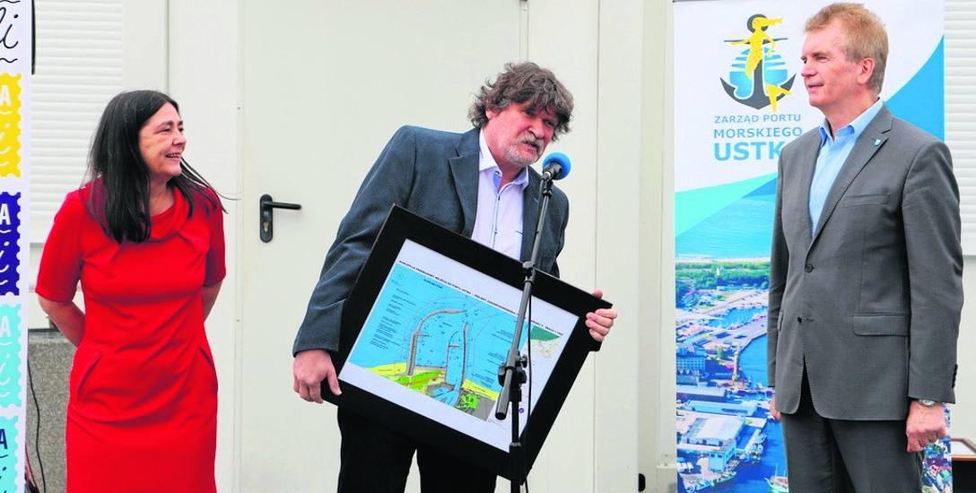 Burmistrz Jacek Graczyk dziękował szczególnie Krystynie i Eugeniuszowi Ginterom, którzy od początku uczestniczyli w pracach nad koncepcją i przekonywali