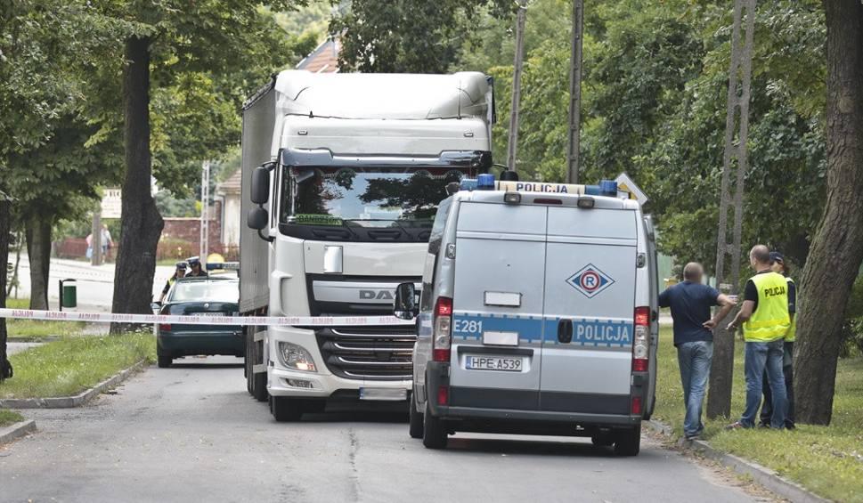 Film do artykułu: Tragiczna śmierć 80-latki w Sulechowie. Ciężarówka ciągnęła ją 100 metrów po asfalcie