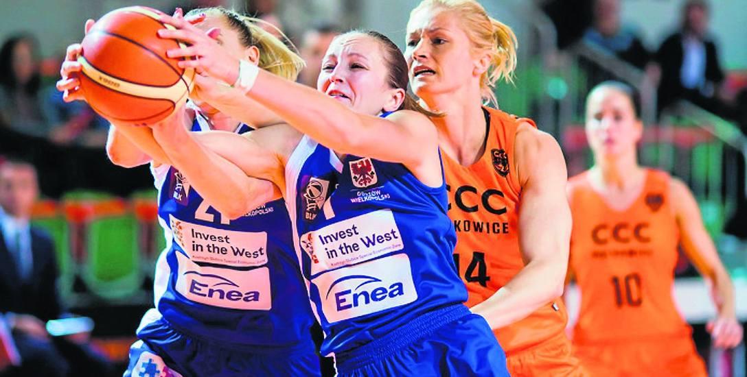 Paulina Misiek oraz Julia Rytsikawa (od lewej) walczą o piłkę z Magdaleną Leciejewską (nr 14). Takiej agresji brakowało w kilku starciach