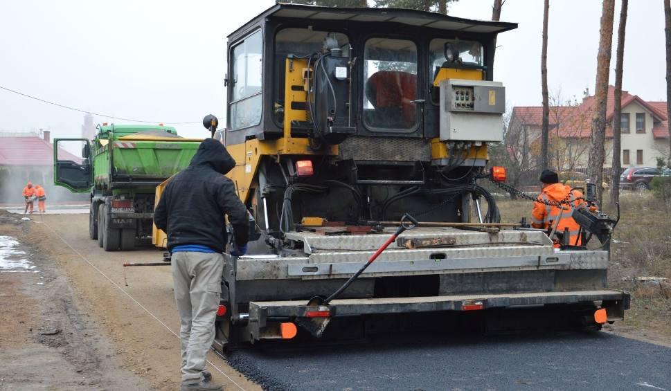 Film do artykułu: Powiatowych dróg nie będzie. Starostwo Powiatowe w Ostrowcu samo sobie nie wydało pozwolenia na budowę