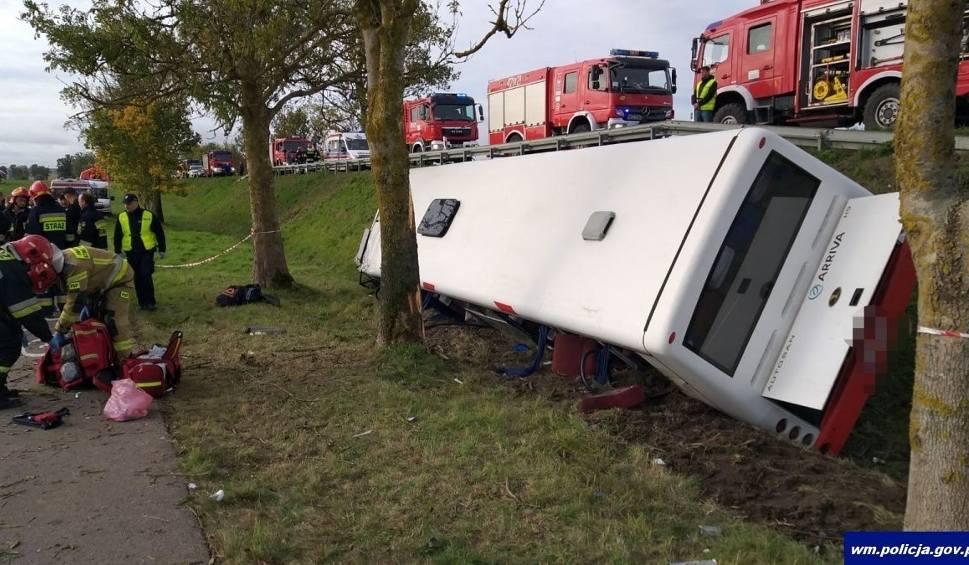 Film do artykułu: Wopławki: Wypadek autobusu z dziećmi przed Kętrzynem. Kobieta wyprzedzała ciągnik. 18 osób poszkodowanych (zdjęcia) [1 października 2019]
