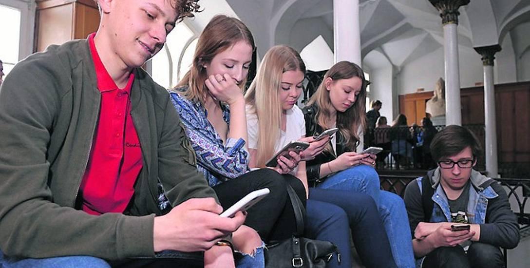Jako pierwsi do eksperymentu ze smartfonami przystąpili uczniowie I LO w Słupsku