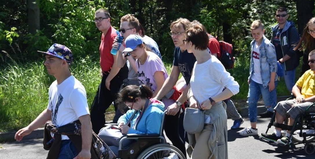 """W Częstochowie osoby z niepełnosprawnościami zdobywają """"Częstochowski Everest"""" - Złotą Górę"""