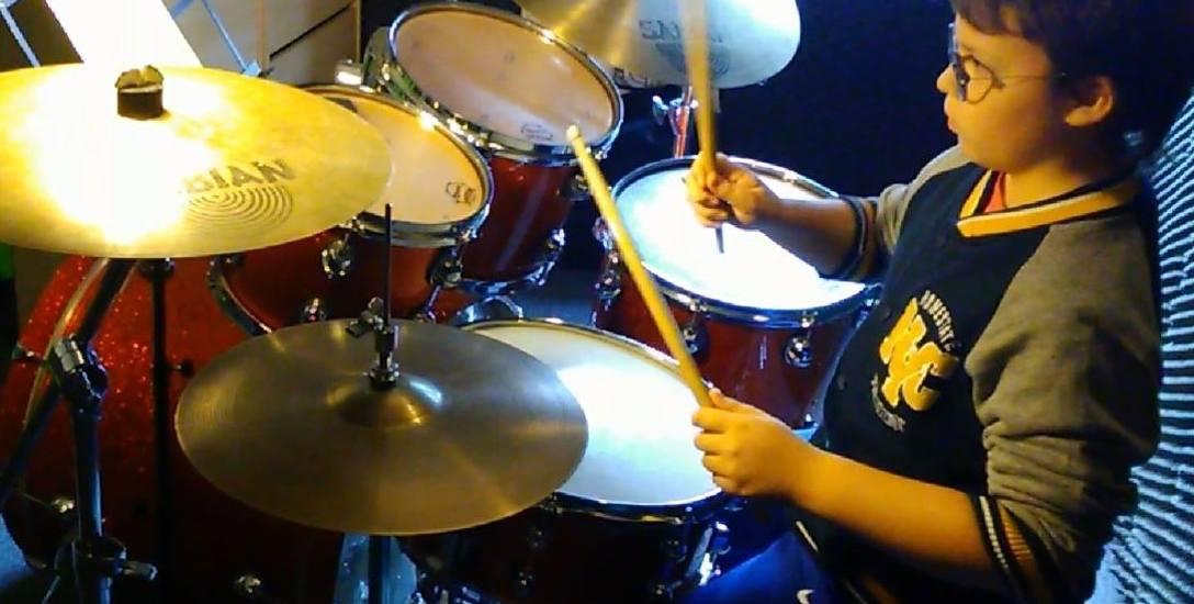 Kuba zaczął grać na perkusji w wieku 9 lat.
