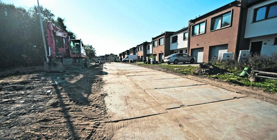 Trwa budowa drogi tymczasowej z płyt na ul. Irlandzkiej - to właśnie na szerokość tej  ulicy narzekają mieszkańcy - zwracają uwagę, że jest  zbyt wąsko,