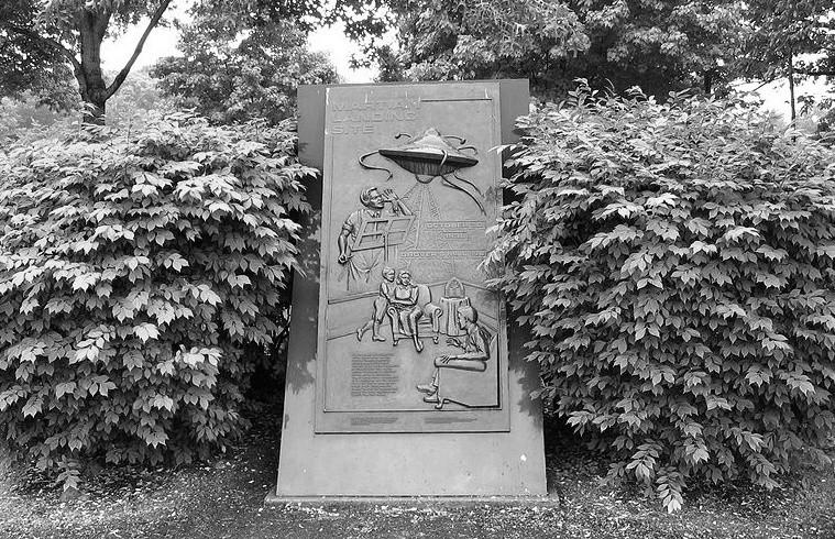 Pomnik stojący w miejscu, gdzie mieli wylądować obcy