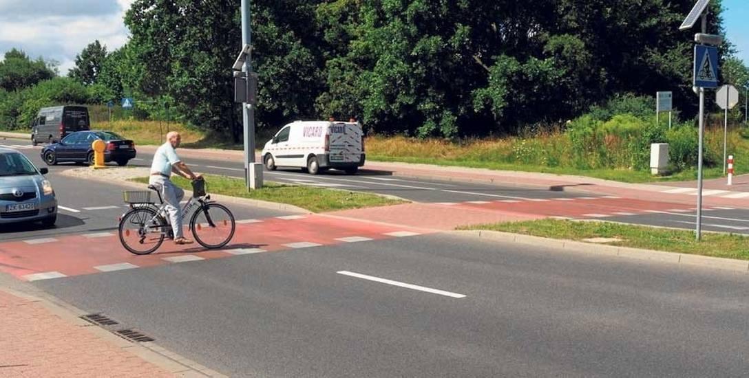 Przejazd dla rowerzystów przez ul. 4 Marca w Koszalinie; tylko z jednej strony są słupki na wjeździe