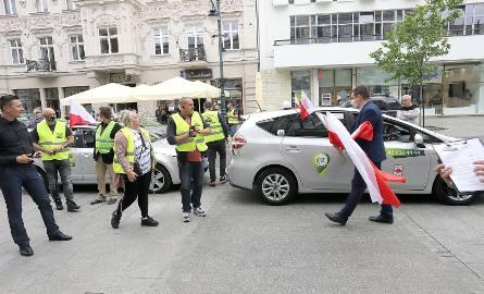 Protest taksówkarzy na Piotrkowskiej przeciwko nielegalnym przewoźnikom zgromadził kilkunastu uczestników. Demonstracja była częścią ogólnopolskich protestów.