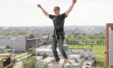 Antoni Michalski (na zdjęciu podczas wczorajszego treningu) od lat zajmuje się slackline'm (dyscyplina sportowa polegająca na chodzeniu po taśmie rozwieszonej